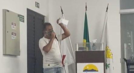 Vereador mostrou seu contracheque durante reunião