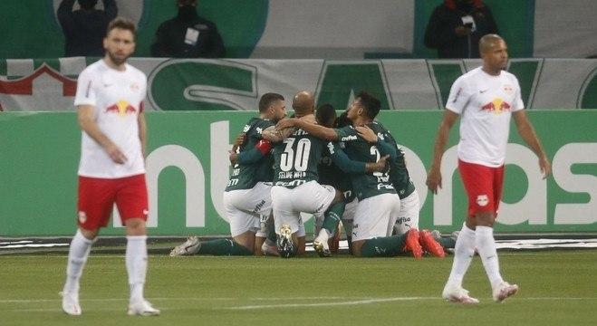 Jogadores do Palmeiras comemoram gol de Gabriel Veron em vitória