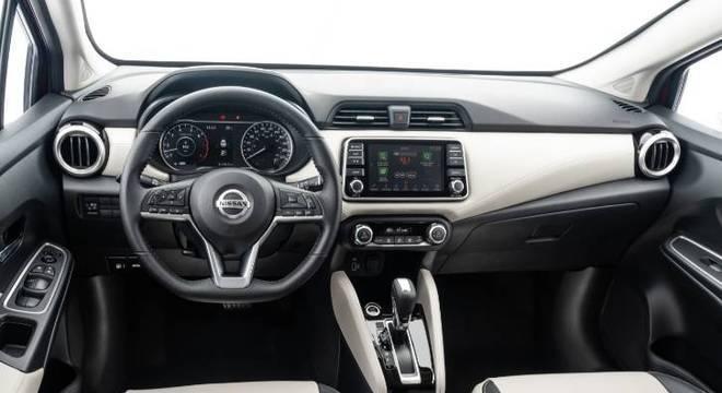 Interior tem opção de revestimento claro nas versões mais equipadas e material tem boa qualidade