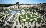 Jardins do Palácio de Versalhes, na França, onde um centro temporário de vacinação contra covid-19 foi montado