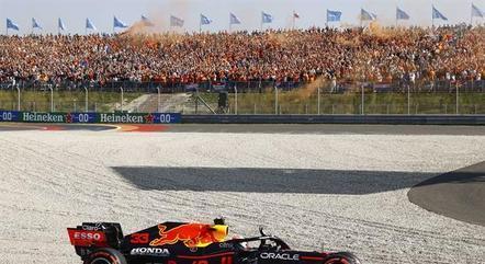 Max Verstappen está a três pontos de Hamilton