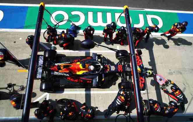 Verstappen passou Bottas logo após o primeiro pit-stop