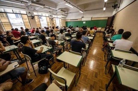 Estudantes prestam vestibular