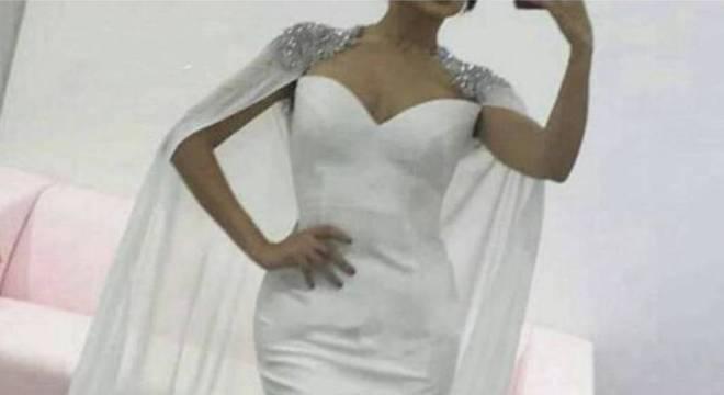 Mulher é detonada na web por vestido branco