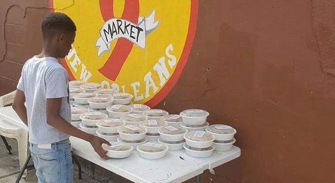 As pessoas da comunidade podem comprar marmitas no lugar também