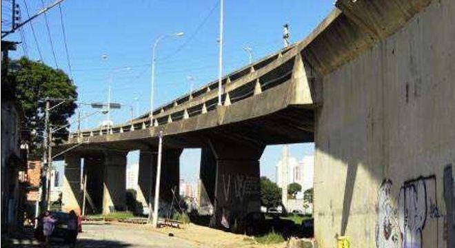 Viaduto Alberto Badra, na zona leste: fissuras e concreto esfarelando