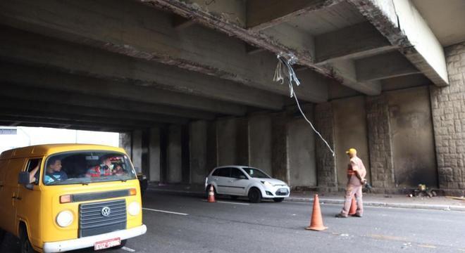 Caminhão com excesso de altura danificou estrutura da ponte da Casa Verde