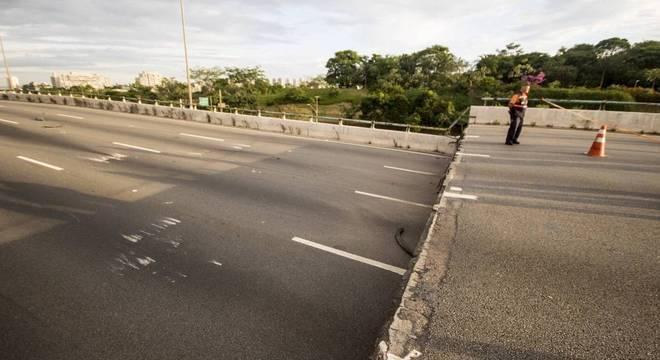 Parte do viaduto Jaguaré, em São Paulo, cedeu nesta quinta-feira (15)