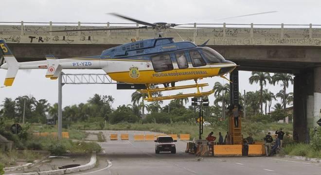 Helicóptero sobrevoa viaduto na BR 020 atingido por bomba na quinta-feira (10)
