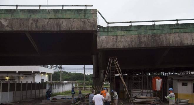 Peritos afirmam que viaduto que cedeu corre o risco de ruir em São Paulo