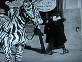 Viajante do tempo' com celular é vista em filme de Chaplin de 1928 - Fotos - R7 Hora 7