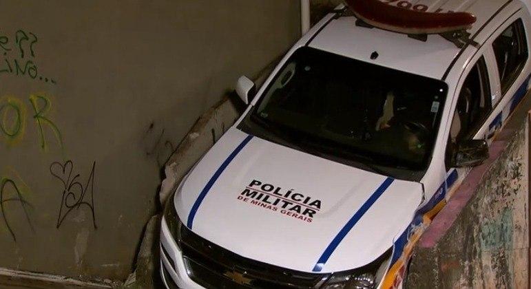Viatura da Polícia Militar ficou entalada entre parede e corrimão do beco