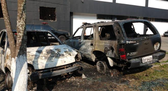 Fogo atingiu dois carros, além de uma viatura da corporação