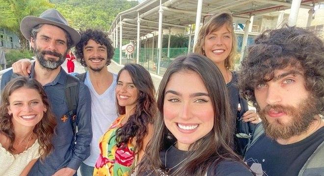 Vicky Valentim posa com parte do elenco da novela 'Gênesis'