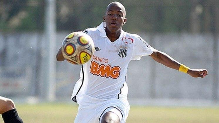 Victor Andrade surgiu com a camisa do Santos, em 2012, com apenas 16 anos. Teve uma passagem sem brilho pelo Benfica e acabou sendo emprestado para diversos times portugueses. Hoje, está no Goiás.