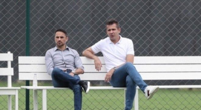 Victor, ao lado do diretor de futebol Rodrigo Caetano