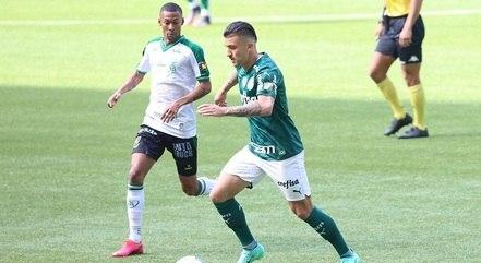Victor Luis tenta jogada pela lateral