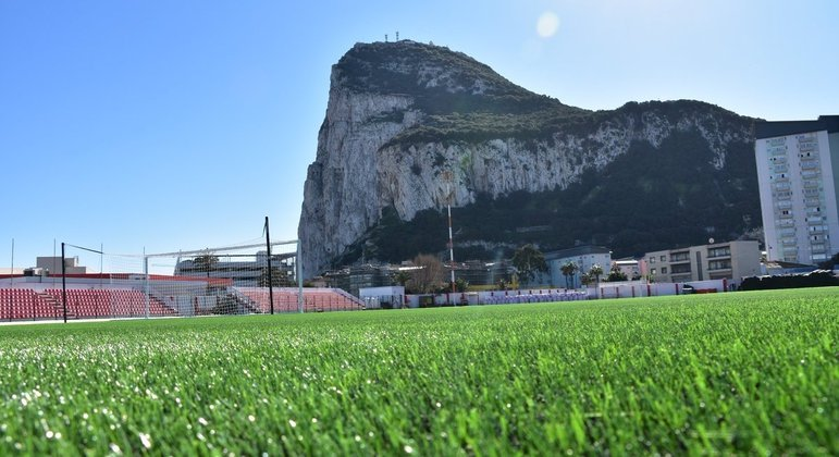 O Victoria Stadium de Gibraltar, obviamente impossível lá se instalar um VAR