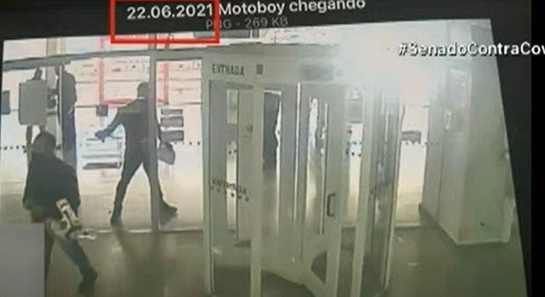 Motoboy Ivanildo Gonçalves foi filmado fazendo pagamentos em uma agência do Bradesco em Brasília (DF)