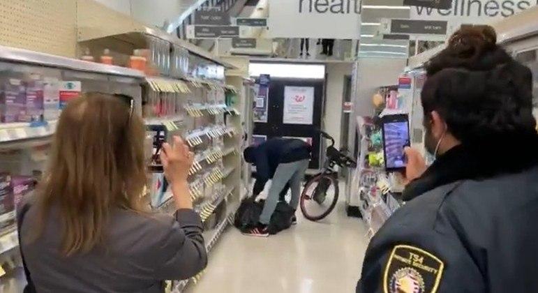 Segurança grava vídeo enquanto homem furta produtos de farmácia; vídeo viralizou nos EUA