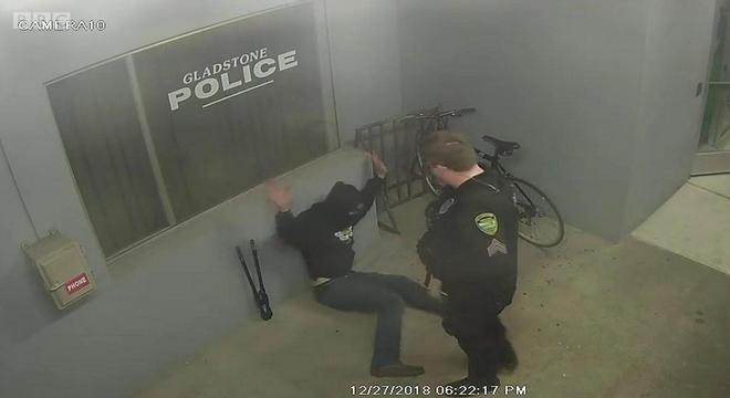 Ladrão tentou roubar bicicleta estacionada em frente a uma delegacia de polícia