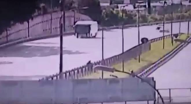Vídeo mostra PMs suspeitos de matarem a tiros homem na rodovia Castelo Branco