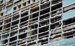 Os fortes ventos destruíram inúmeros vidros deste edifício, na cidade de Lake Charles.Antes de chegar aos Estados Unidos, o furacão Laura deixou 21 mortos no Haiti e quatro na República Dominicana.