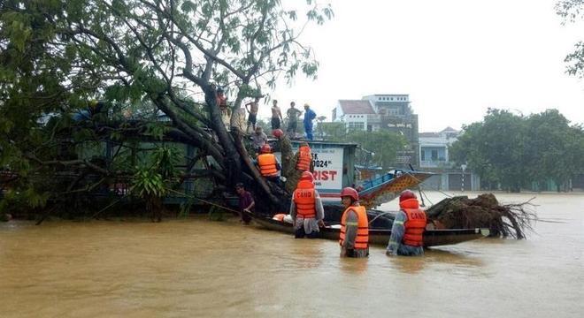 Equipe resgata moradores ilhados pela enchente na cidade de Hue, no Vietnã