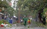 Na terça-feira, centenas de milhares de pessoas foram retiradas de áreas de risco devido à iminente chegada do Molave, que já havia deixado três mortos e nove desaparecidos ao passar pelas Filipinas