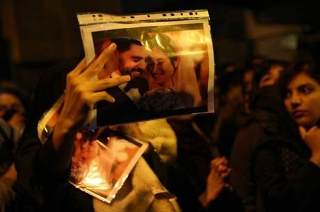 Vigília por vítimas virou protesto contra o governo iraniano