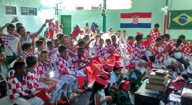 Meninos do Vila Croácia comemoram a classificação dos croatas à final da Copa