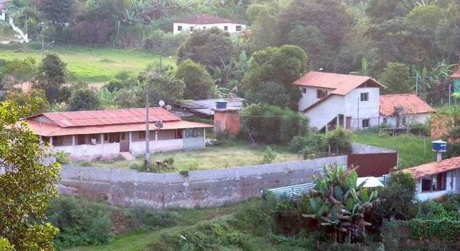 Pequenas chácaras e casas simples foram evacuadas por risco em barragem