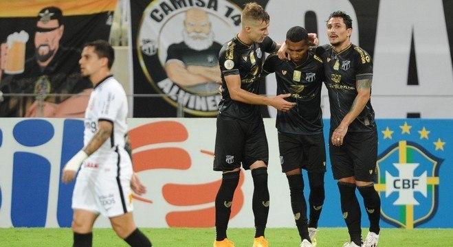 Enquanto Fagner lamenta, jogadores do Ceará comemoram gol