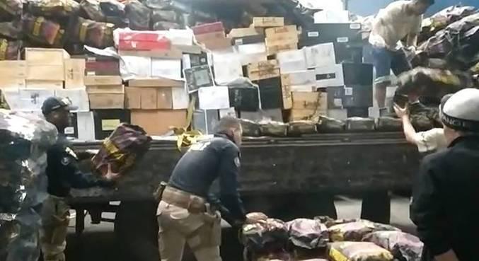 Caixas de vinhos estavam escondidas debaixo de uma carga de carvão