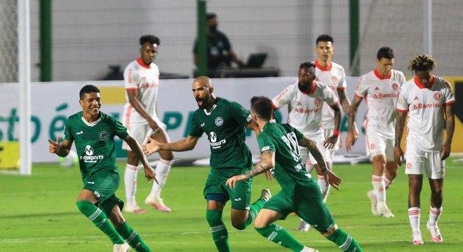 Vinícius comemora gol do Goiás sobre o Inter