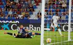 Vinícius Jr. foi mais um brasileiro com atuação decisiva em solo europeu neste final de semana. O camisa 20 do Real Madrid entrou em campo no segundo tempo e anotou dois golaços para o time Merengue durante a partida contra o Levante, no último domingo (22). O jogo acabou em 3 a 3.