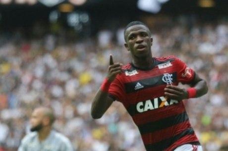 Vinicius celebra gol pelo Flamengo