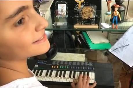 Vinicius Pieri tocando teclado em sua casa