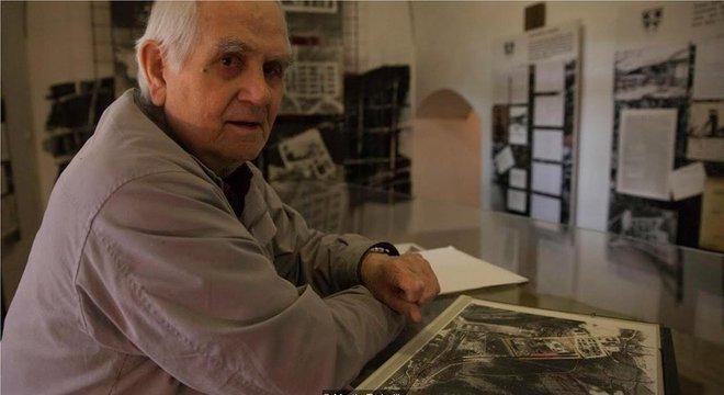 Vintrova Mandrholec posa com fotos de satélite do campo de trabalhos forçados onde ficou preso