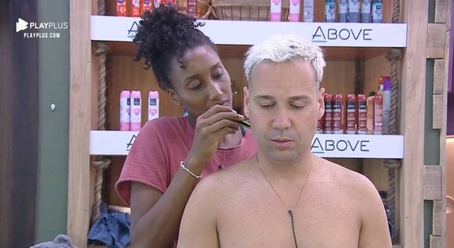 Viny Vieira também pediu ajuda a Sabrina Paiva para cortar o cabelo