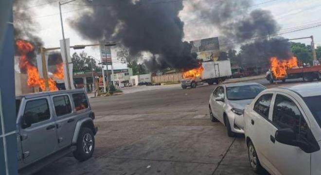 Diversos veículos foram incendiados nesta quinta-feira em Culiacán