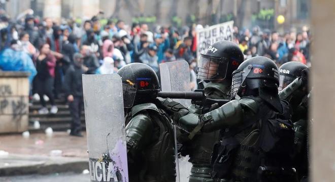 Policiais reprimiram um enorme protesto no centro de Bogotá