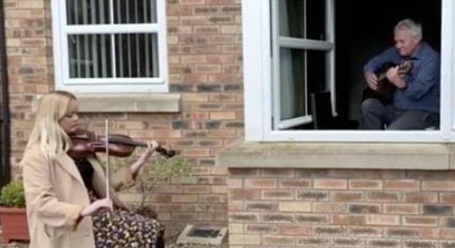 A dupla tocou na janela seguindo as orientações de distanciamento social