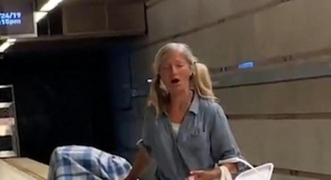 Emily cativou a atenção dos seguranças cantando no metrô