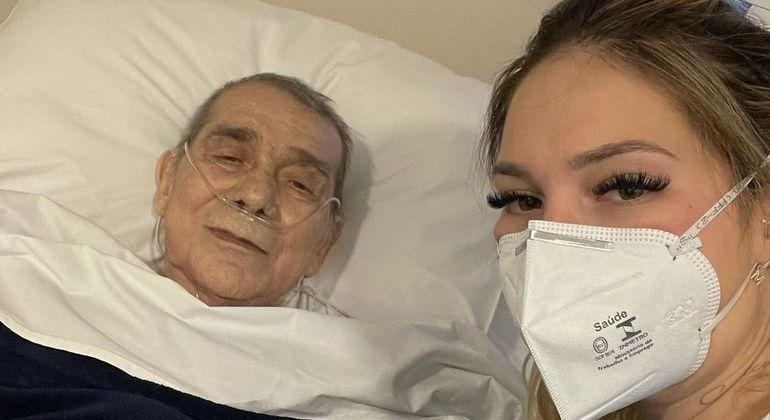 Virginia Fonseca visita o pai, internado na UTI com pneumonia