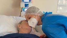 Virginia Fonseca ganha beijo do pai que está hospitalizado em UTI