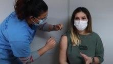 Virginia Fonseca recebe a primeira dose da vacina contra a covid-19