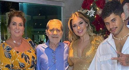 Virginia Fonseca e Zé Felipe ao lado dos pais dela
