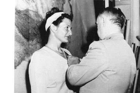 """Em 1945, logo após o fim da guerra, Hall foi a única mulher com atuação civil a receber a Cruz de Serviço Distinto, condecoração pelo """"heroísmo extraordinário"""" demonstrado contra o inimigo. Ela também recebeu condecorações militares dos governos francês e britânico"""