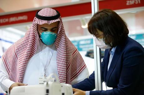 Família chinesa adoeceu nos Emirados Árabes